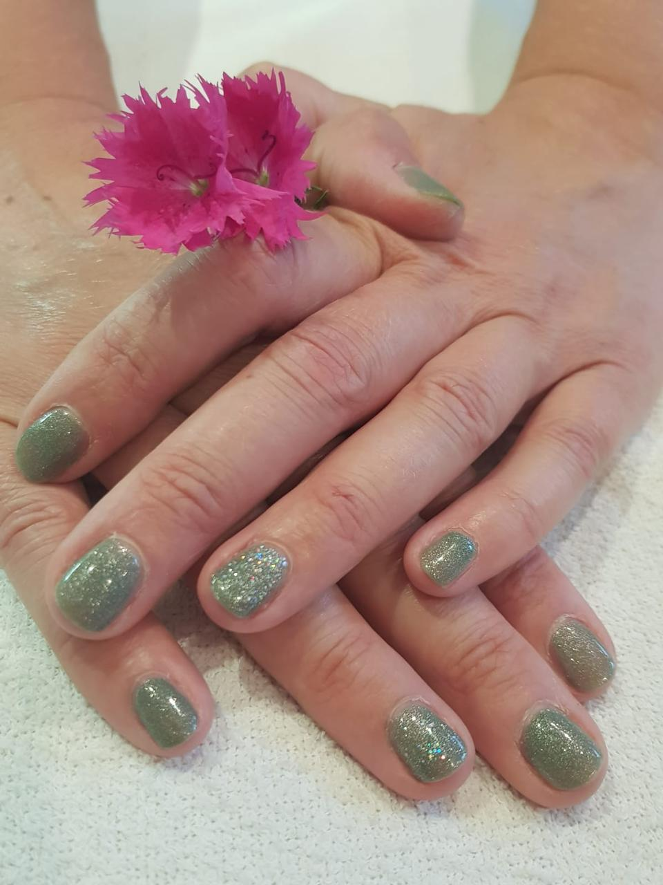 Base Coat, Kleur Wild Moss, ringvinger Titanium, Top Coat.